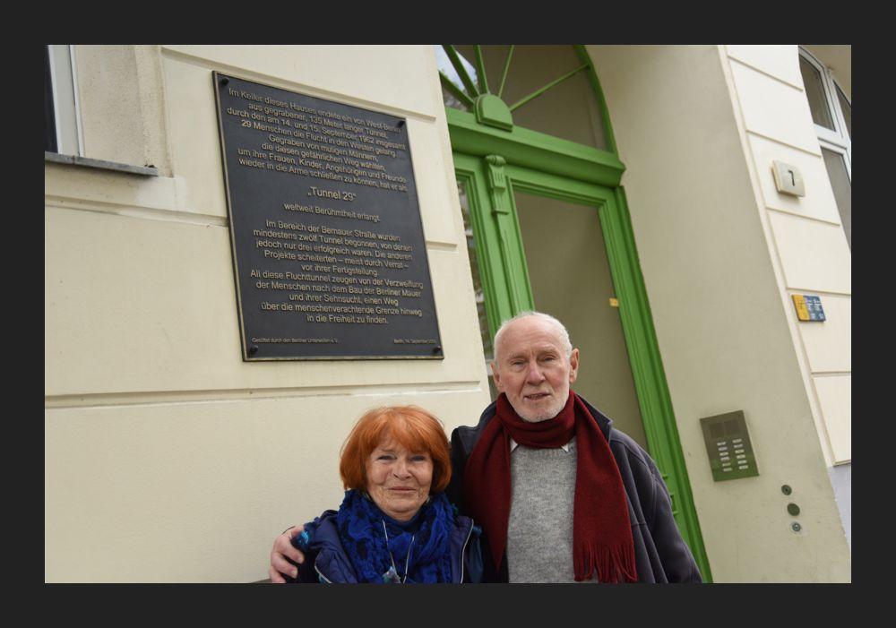 Йоахим и Эвелин Рудольф у подъезда номер 7 по Шёнхольцер-штрассе, где туннель вышел наружу