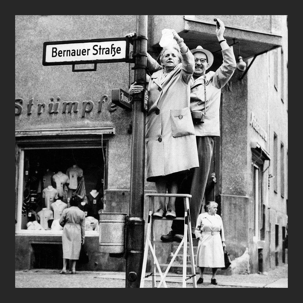 Жители Западного Берлина машут жителям Восточного, 1961 год