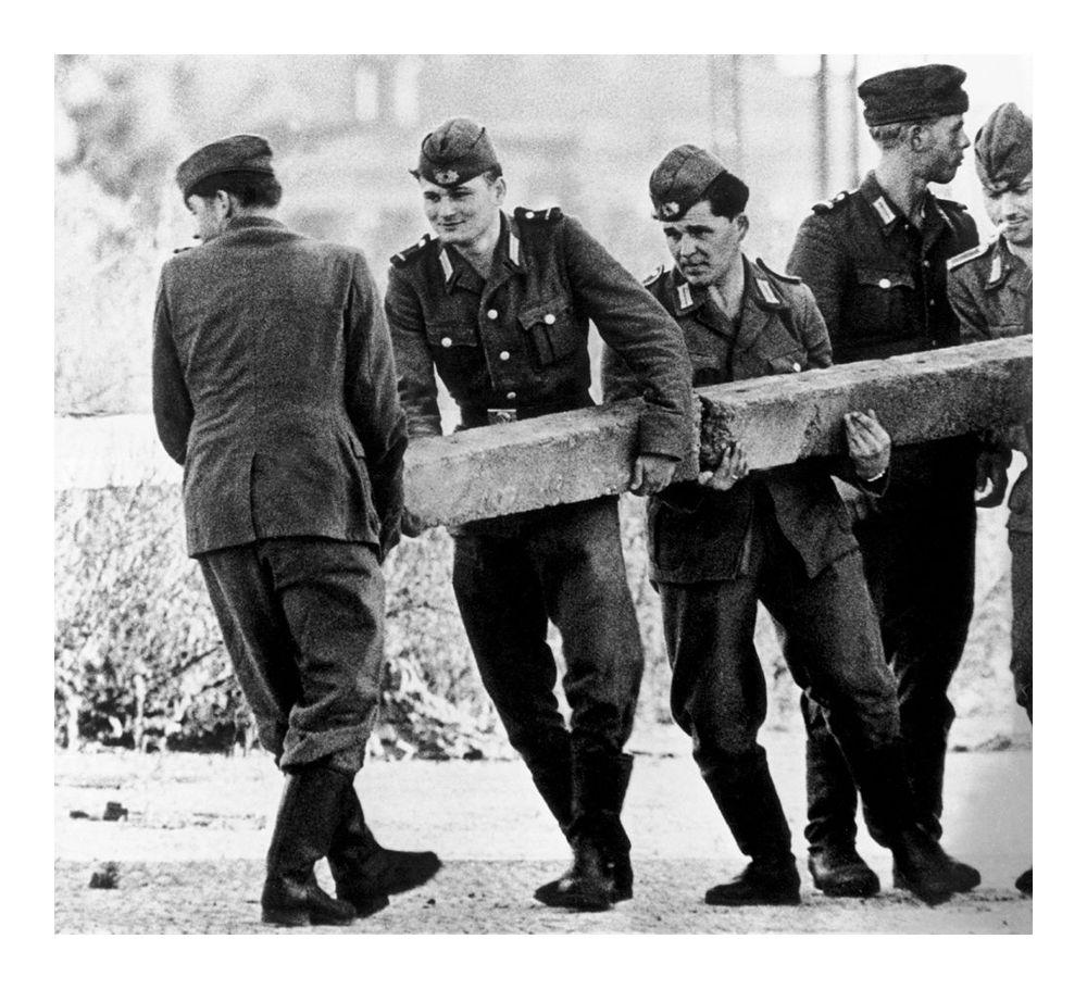 Восточногерманские солдаты возводят Берлинскую стену и перекрывают доступ в Западный Берлин, 1961 год