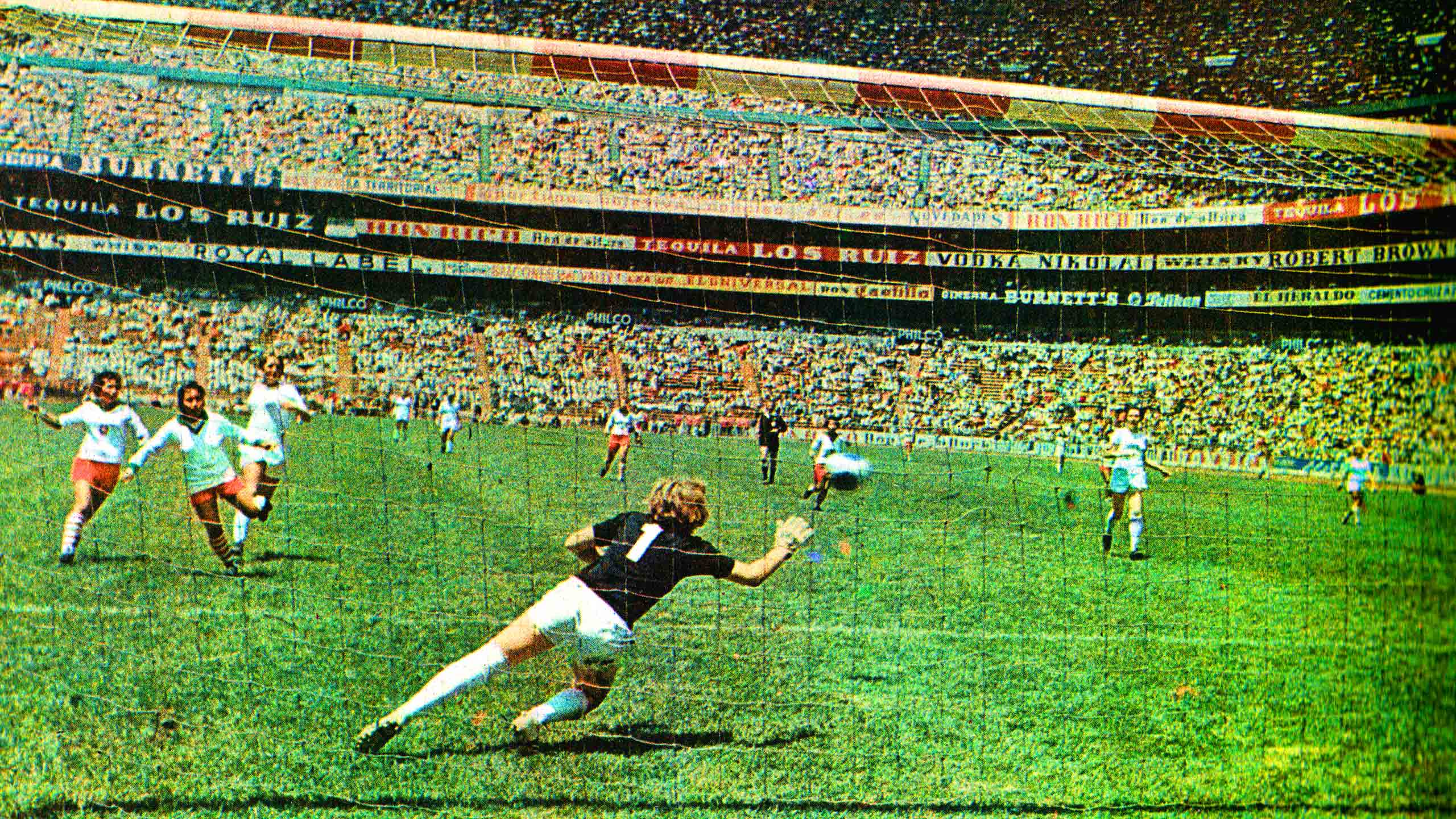 3f7b83ddc82 England vs Mexico in the 1971 Women's World Cup at the Azteca Stadium in  Mexico City