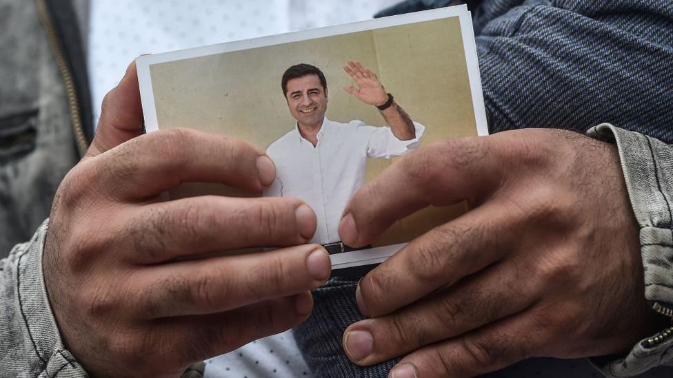 Selahattin Demirtaş'ın fotoğrafını tutan bir kişi