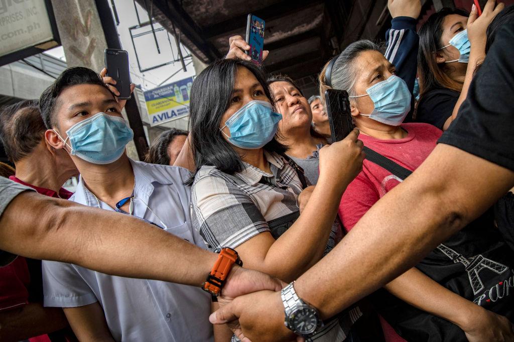 Pessoas com máscaras nas Filipinas.