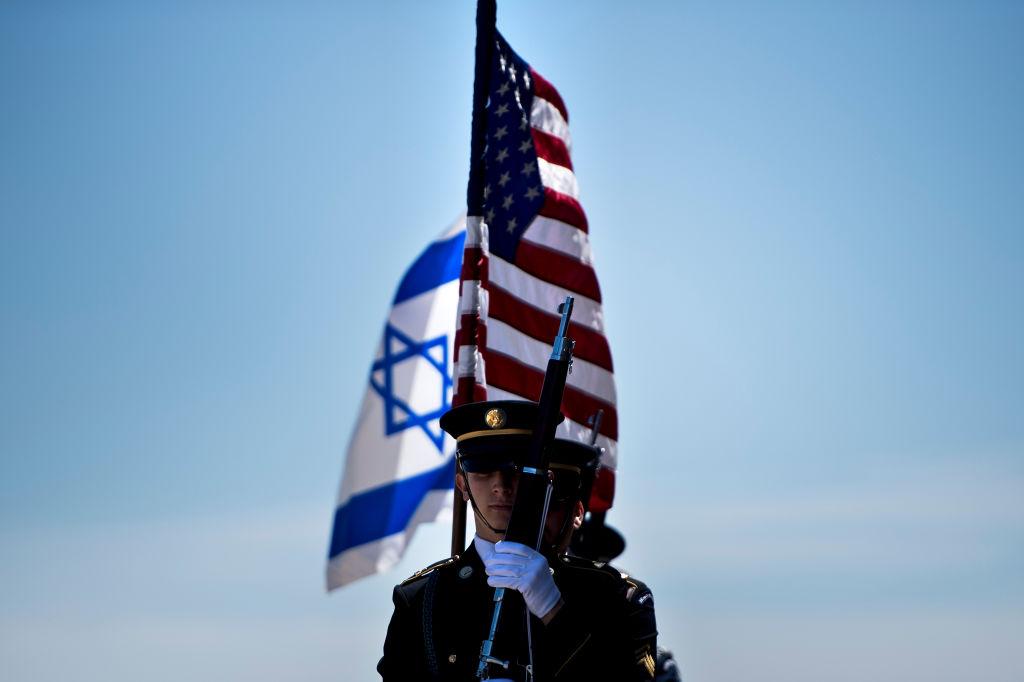 Banderas de Israel y Estados Unidos.