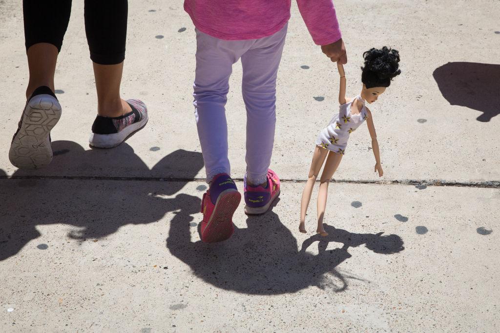 Niña con muñeca.