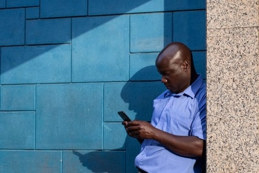 hombre en INdia usando celular