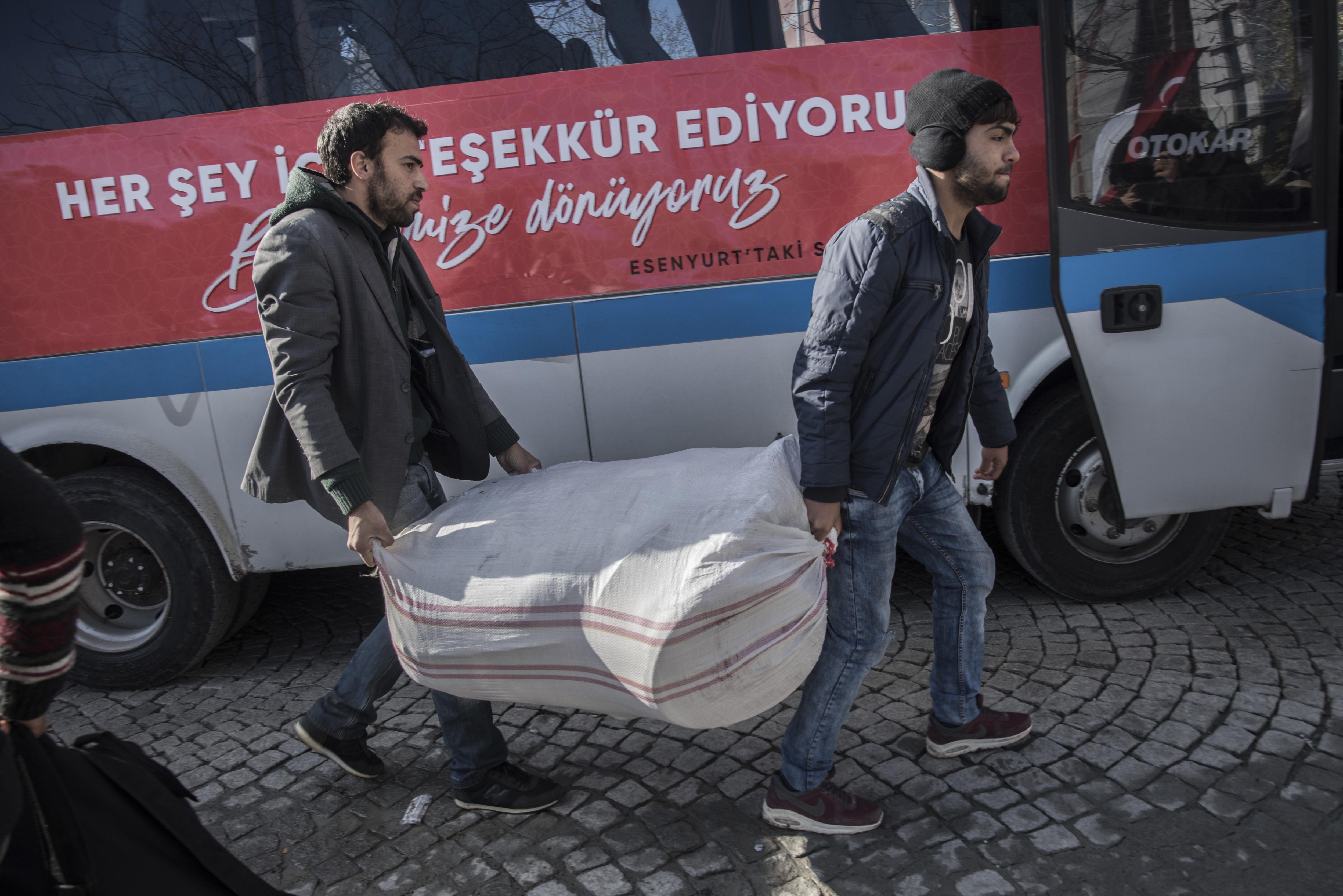 Ülkelerine geçiş yapan Suriyeliler