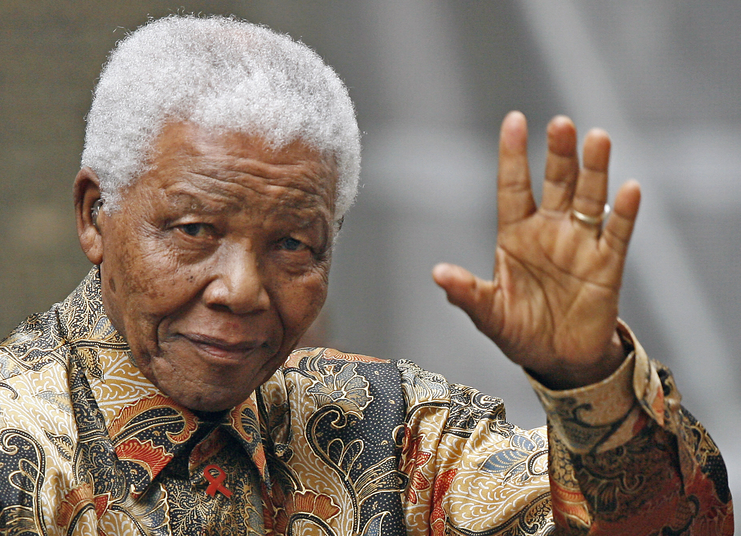 Nelson Mandela waving to the media as he arrives outside 10 Downing Street, in central London, on August 28, 2007