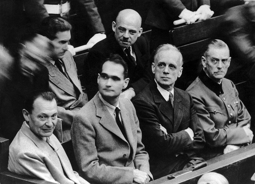 Hermann Göring y Rudol Hess durante el juicio de Núremberg