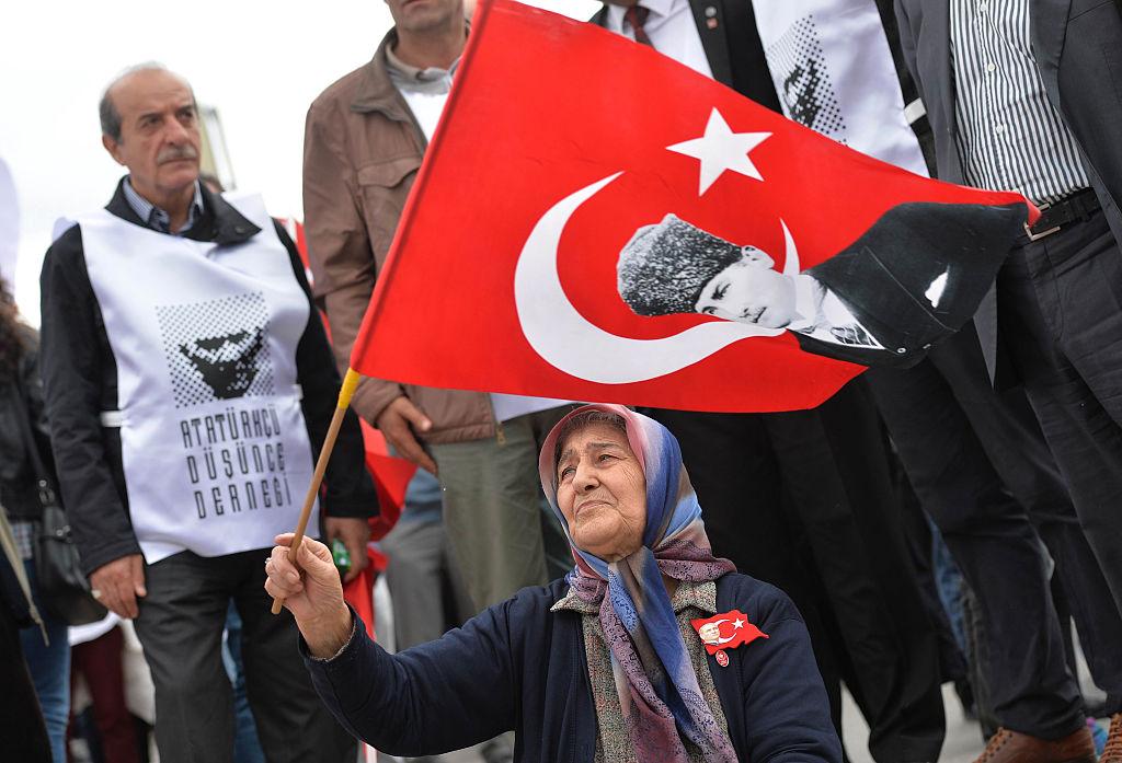 Una mujer con la bandera de Turquía.