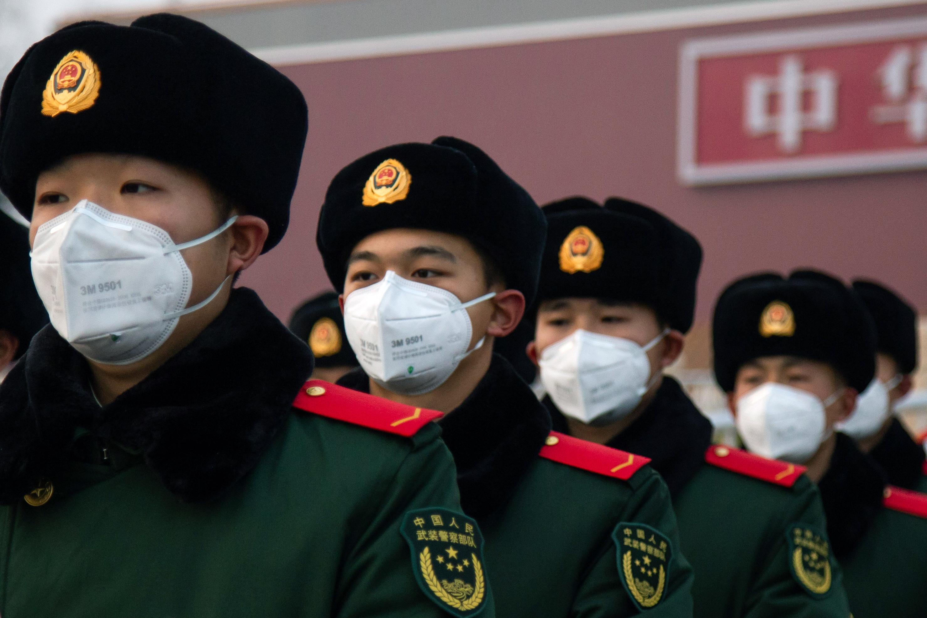Des policiers chinois portant des masques