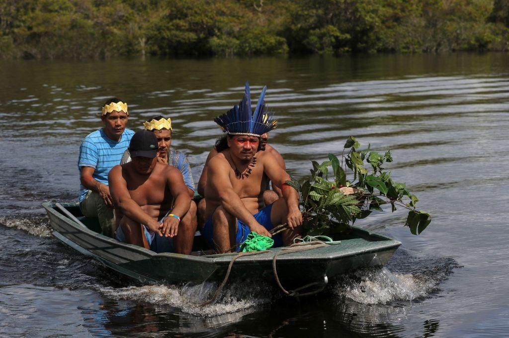 Indígenas en un bote.
