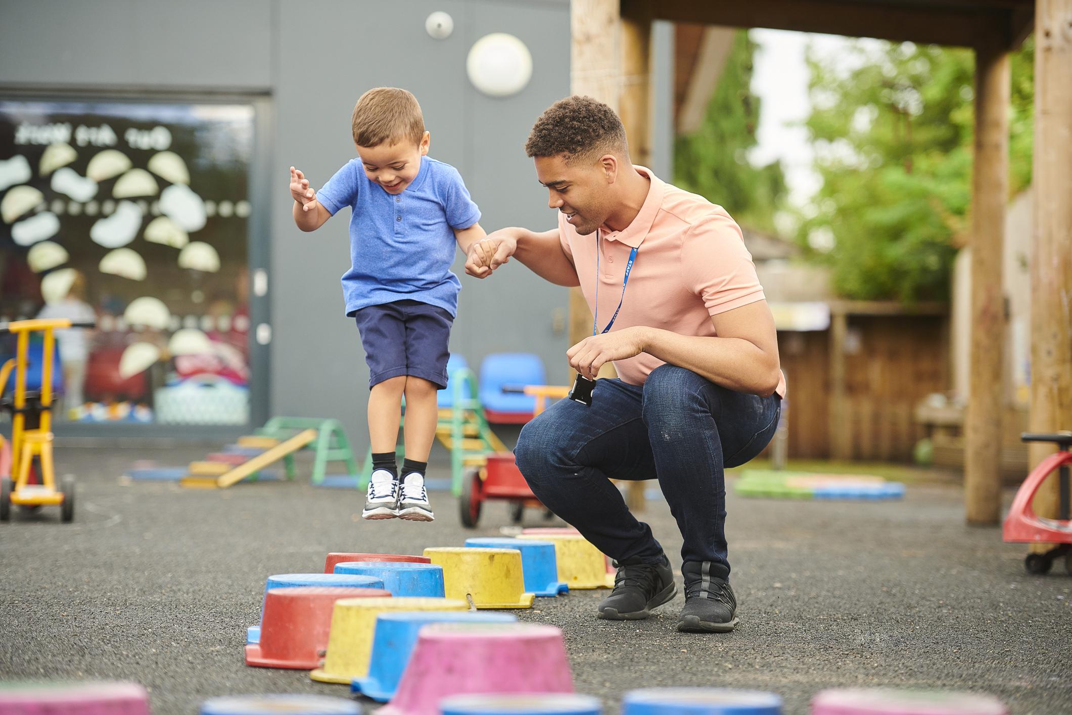 Maestro ayudando a un niño