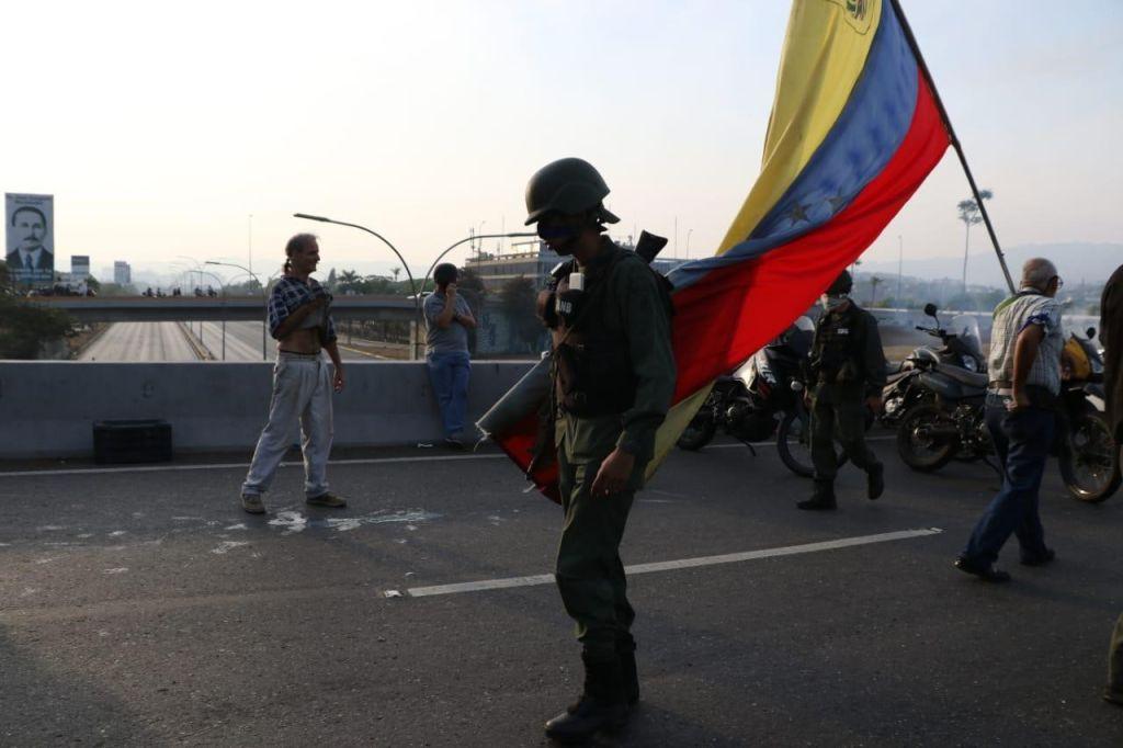Soldado con la bandera