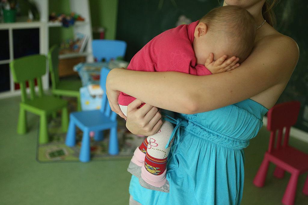 Madre con bebé en brazos.