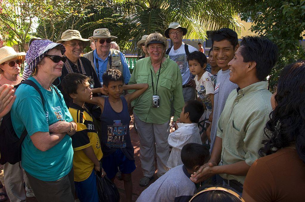 Turistas y locales.