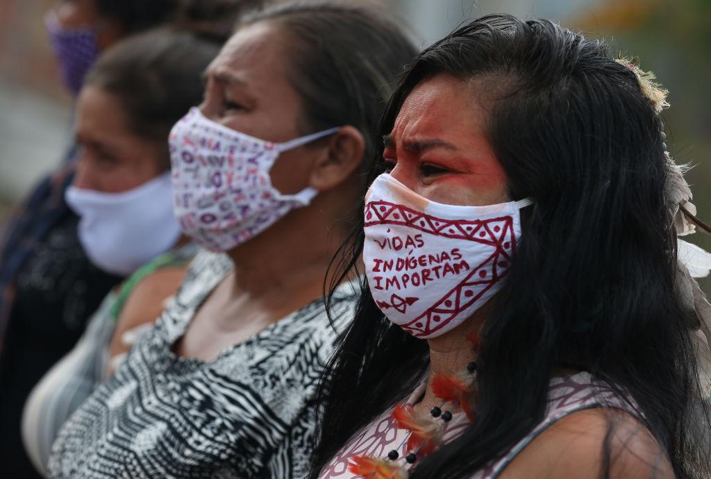 Indígenas brasileños llorando la muerte de un conocido.
