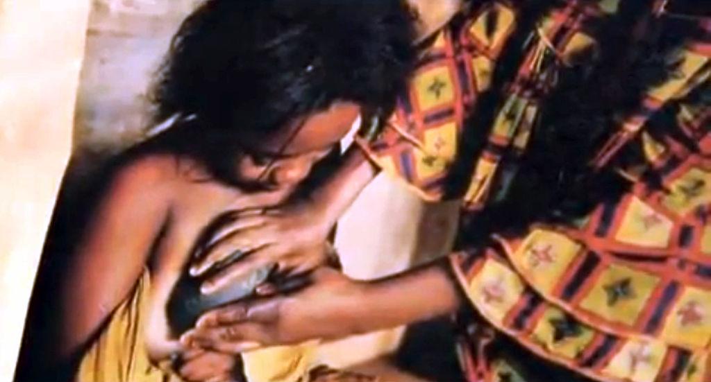 Mujer aplana los senos de su hija.