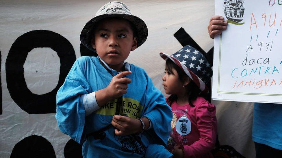Unos niños participan en una protesta pro inmigración en EEUU