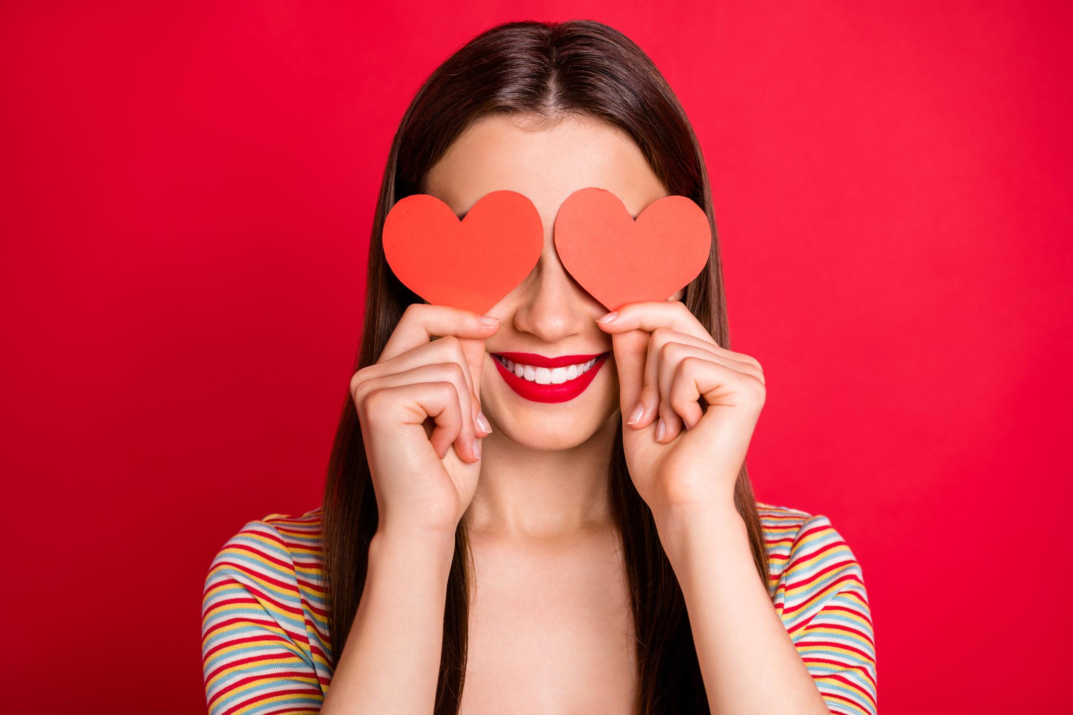 Mujer con corazones en los ojos.