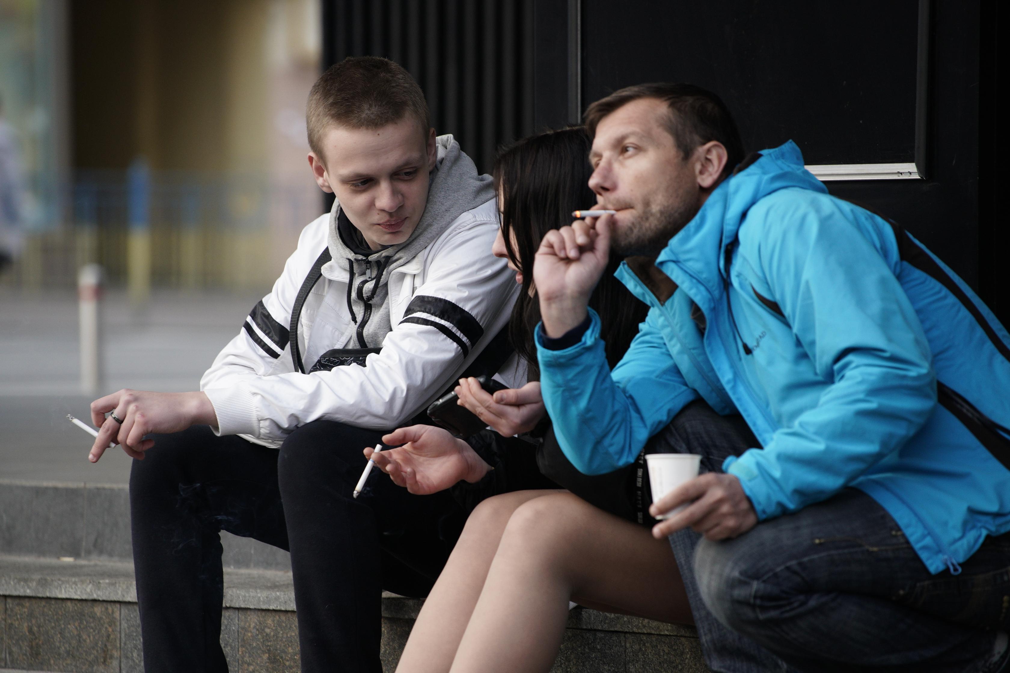 أصدقاء يدخنون