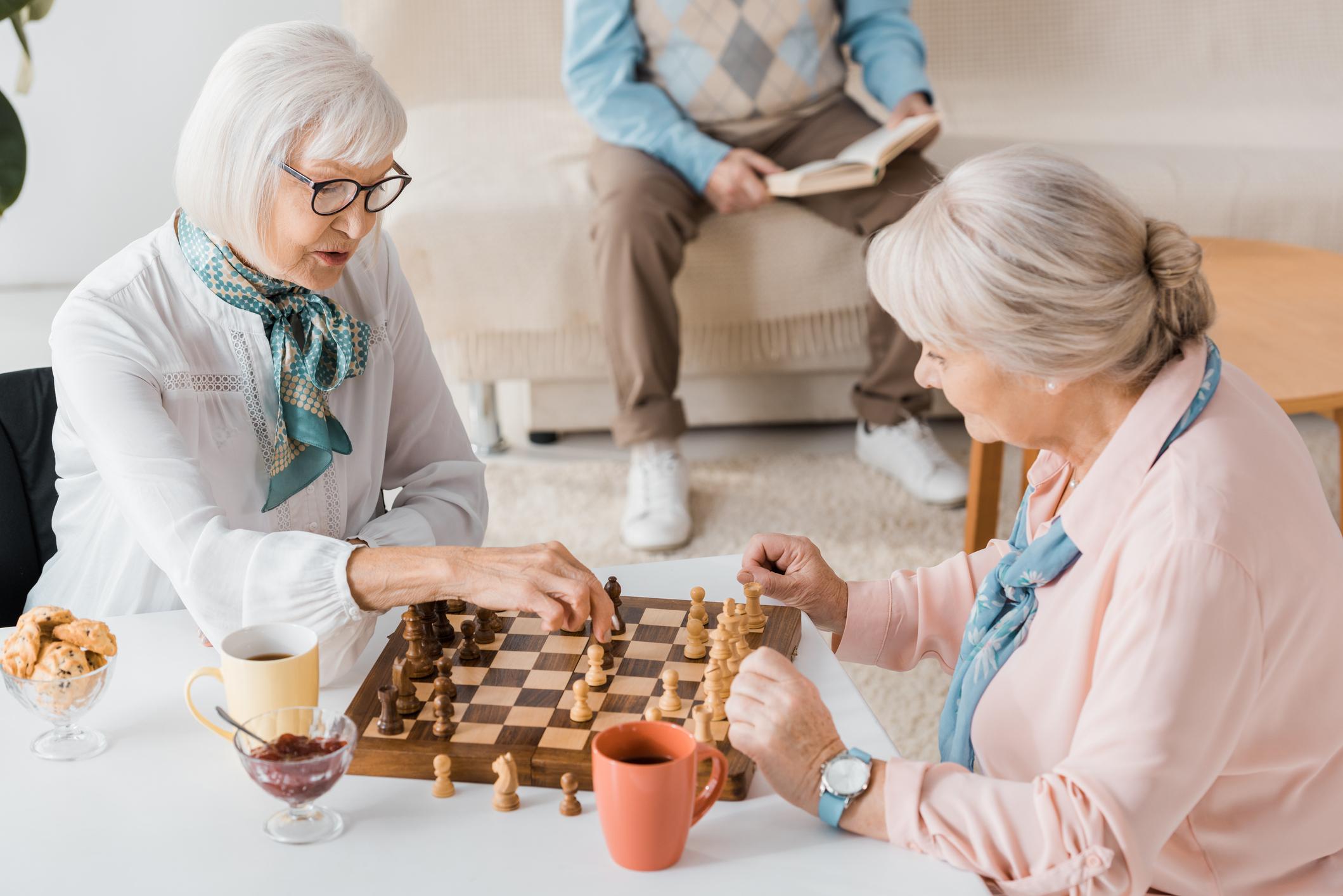 Dos adultos jugando ajedrez