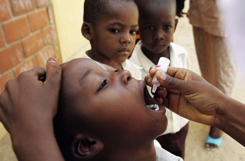 Niños recibiendo la vacuna.
