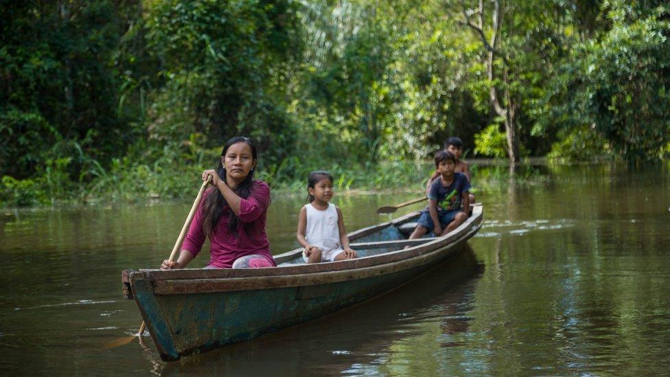 Liz Chicaje en una barca en el Amazonas peruano