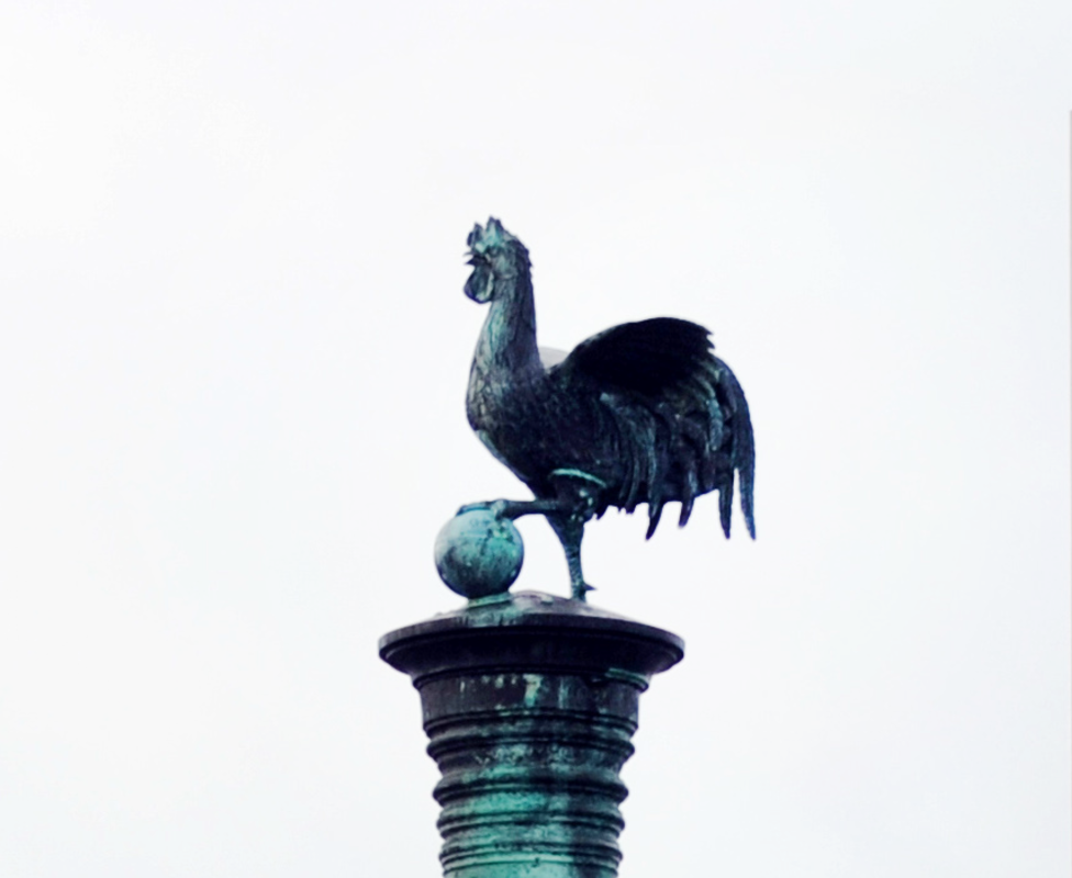 A statue of a cockerel atop the Algerian cannon currently in Brest