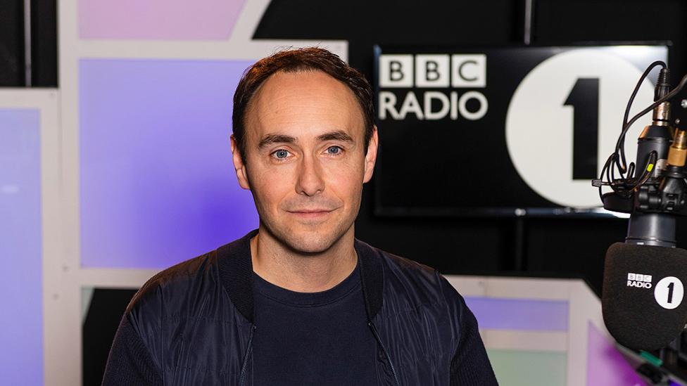 Aled Haydn Jones yn stiwdio Radio 1
