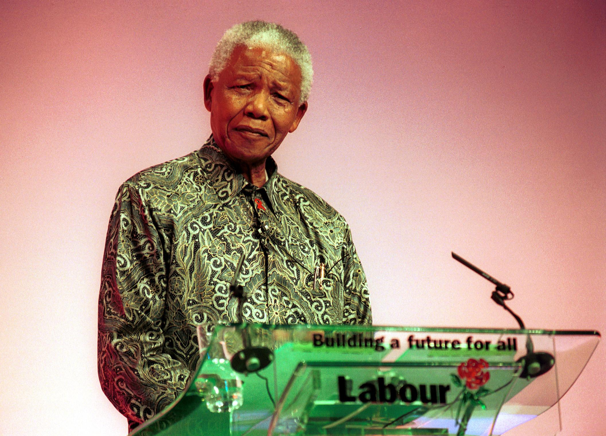 Нельсон Мандела 17-жылдын 09-сентябрында, Брайтон шаарында өтүүчү Эмгек конференциясынын аягында сөз сүйлөп жатат