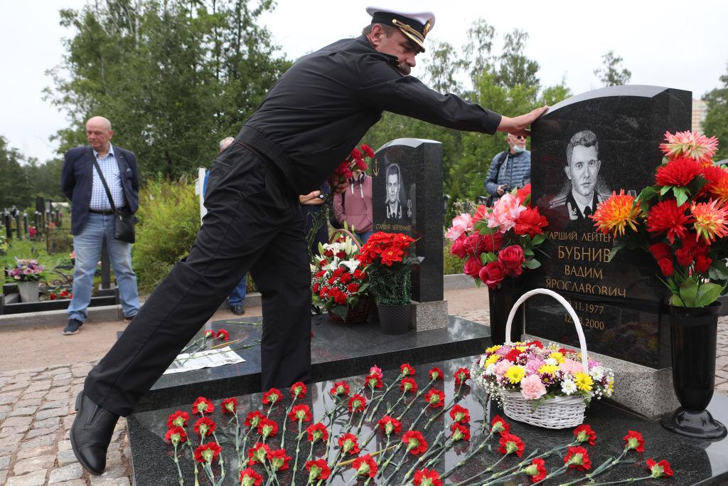 Un militar asiste a un evento conmemorativo.