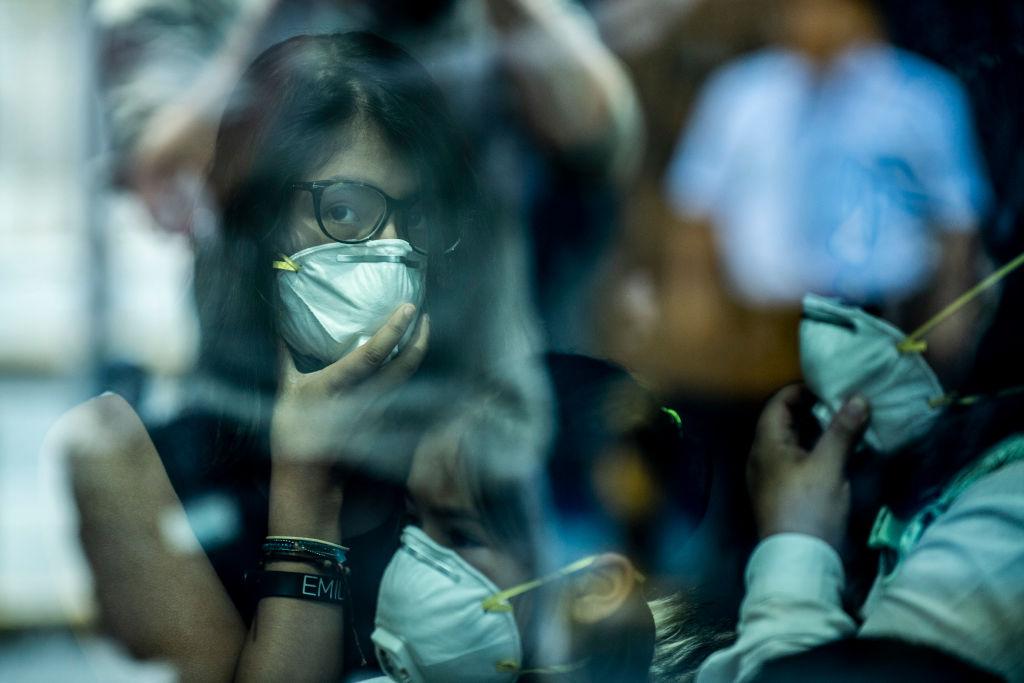 Una mujer en Latinoamérica con una mascarilla
