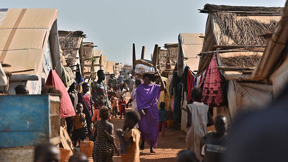 South Sudan rivals Salva Kiir and Riek Machar strike unity deal - BBC News
