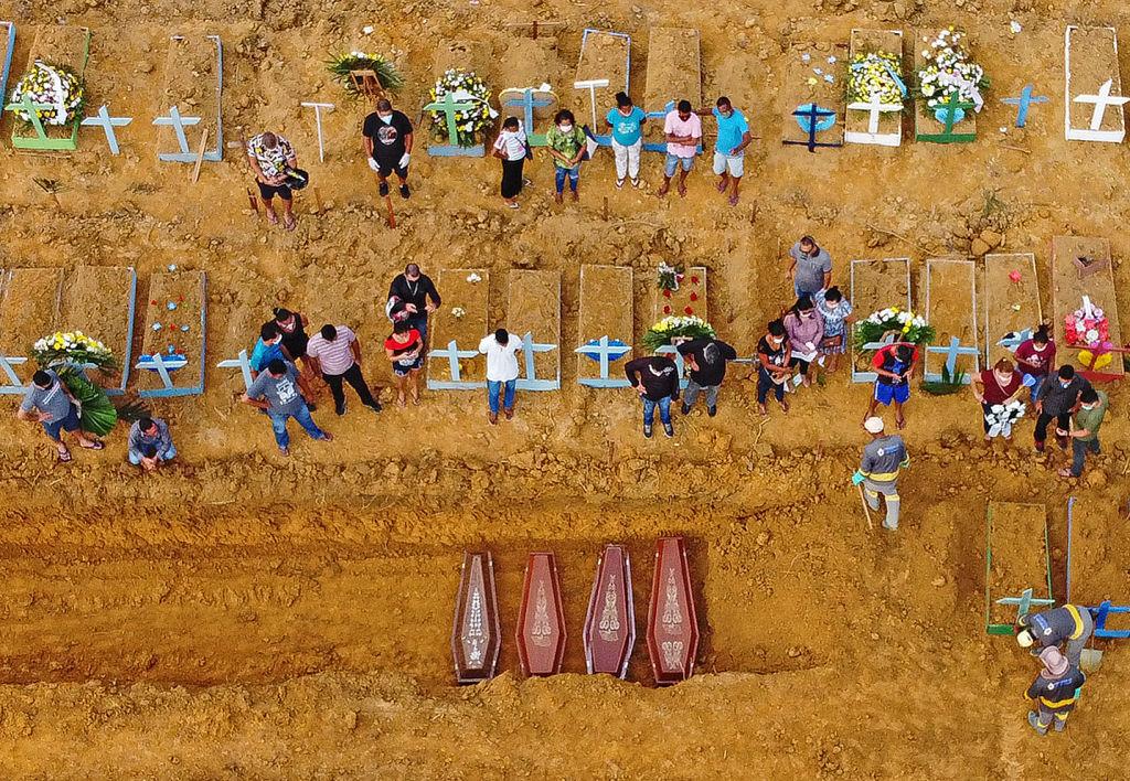 Brasileños enterrando a sus familiares.
