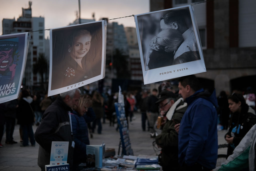 Carteles con imágenes de Eva y Juan Domingo Perón