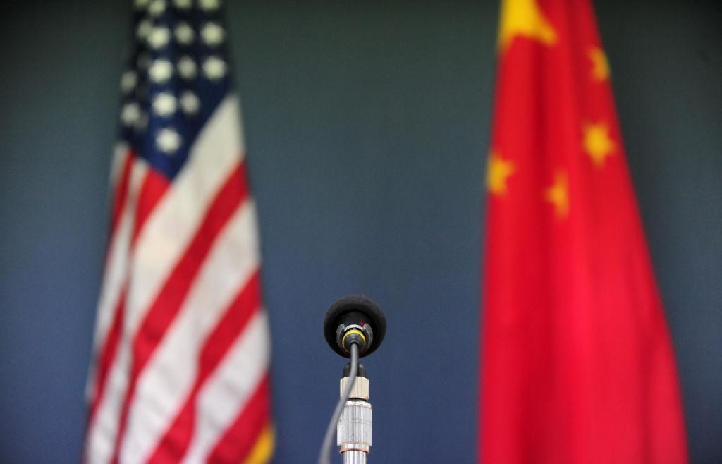 Banderas china y estadounidense
