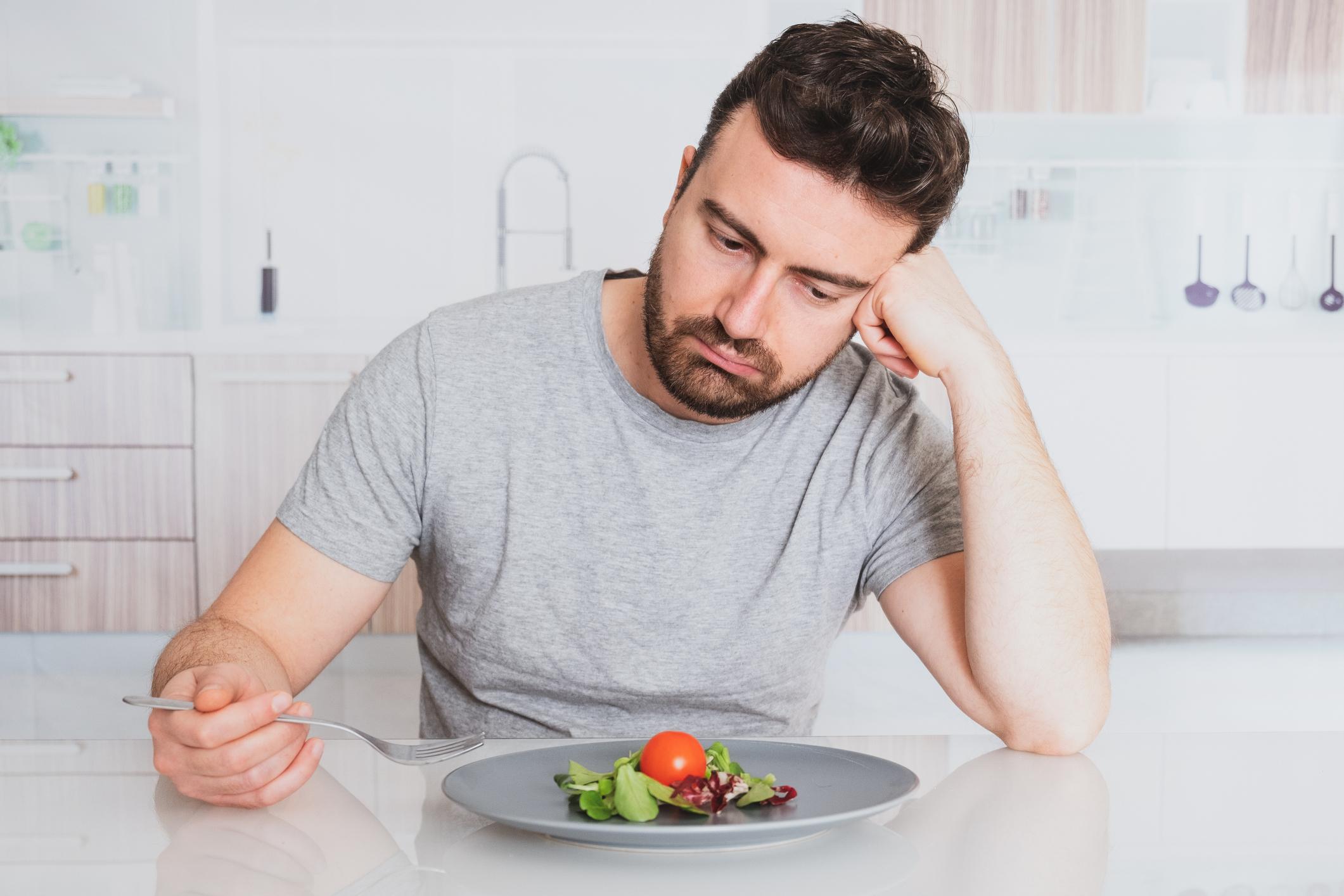Hombre con un plato de comida