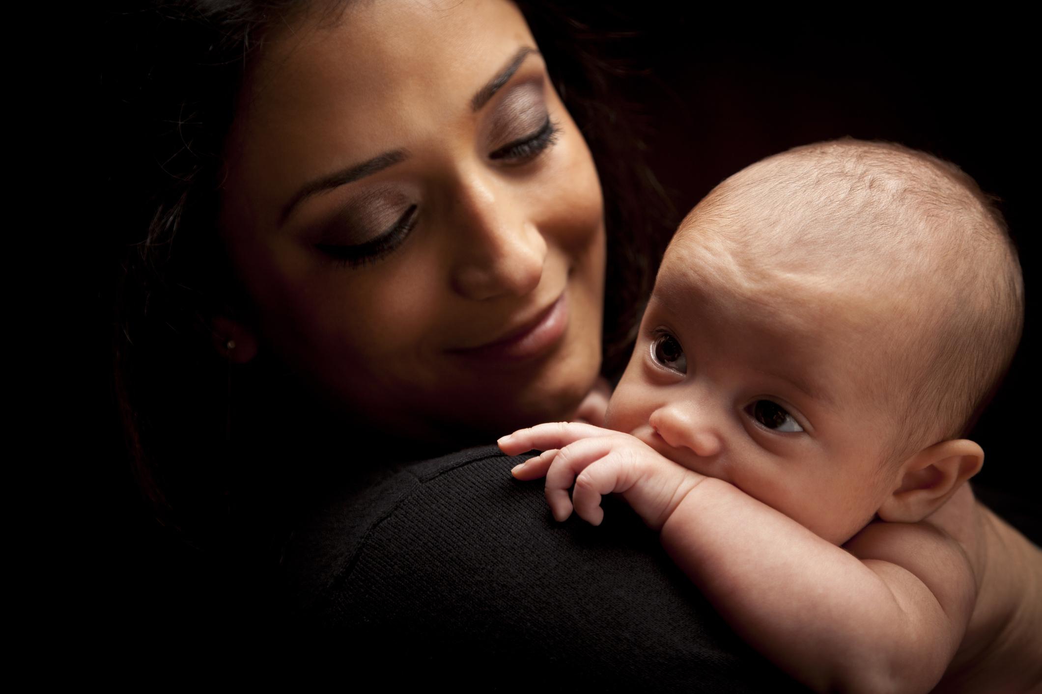Una madre con un bebé