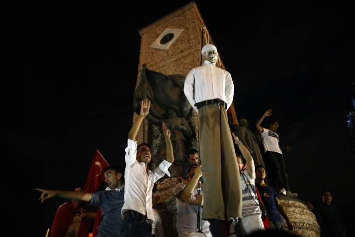 Pro-Erdogan protesters hang an effigy of GulenJuly 2016