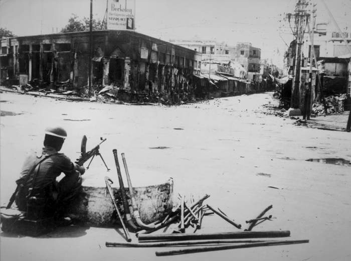 Soldier at the entrance to Paharganj bazaar during the Delhi riots(Getty Images)