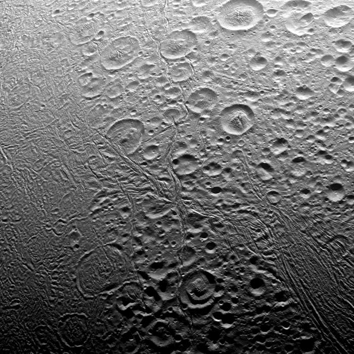 The surface of Enceladus seen by Cassini(Nasa)