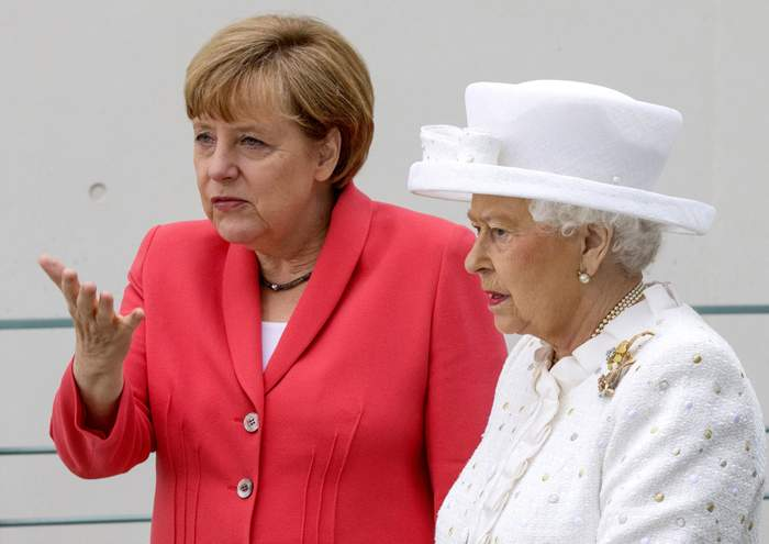 Merkel gives the Queen a tour of her offices, 2015