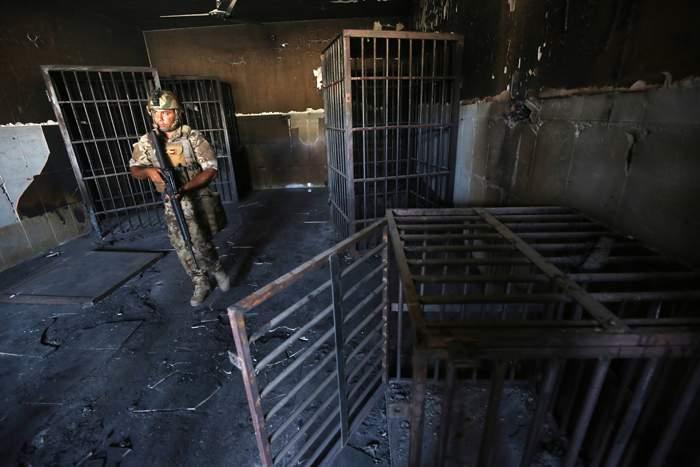 أقفاص عثر عليها في سجن سابق كان يستخدمه تنظيم الدولة الاسلامية صورت بعد وقت قصير من استعادة القوات العراقية السيطرة على الفلوجة في عام 2016