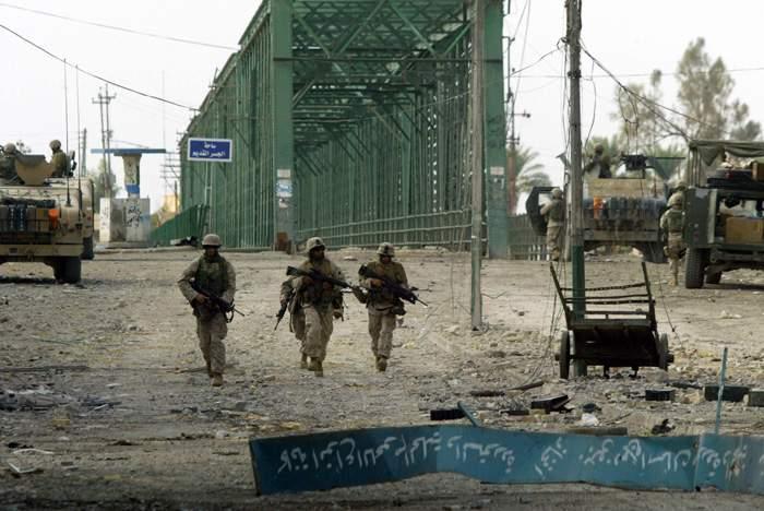 عسكريون أمريكيون عند جسر الفلوجة الحديدي عام 2004