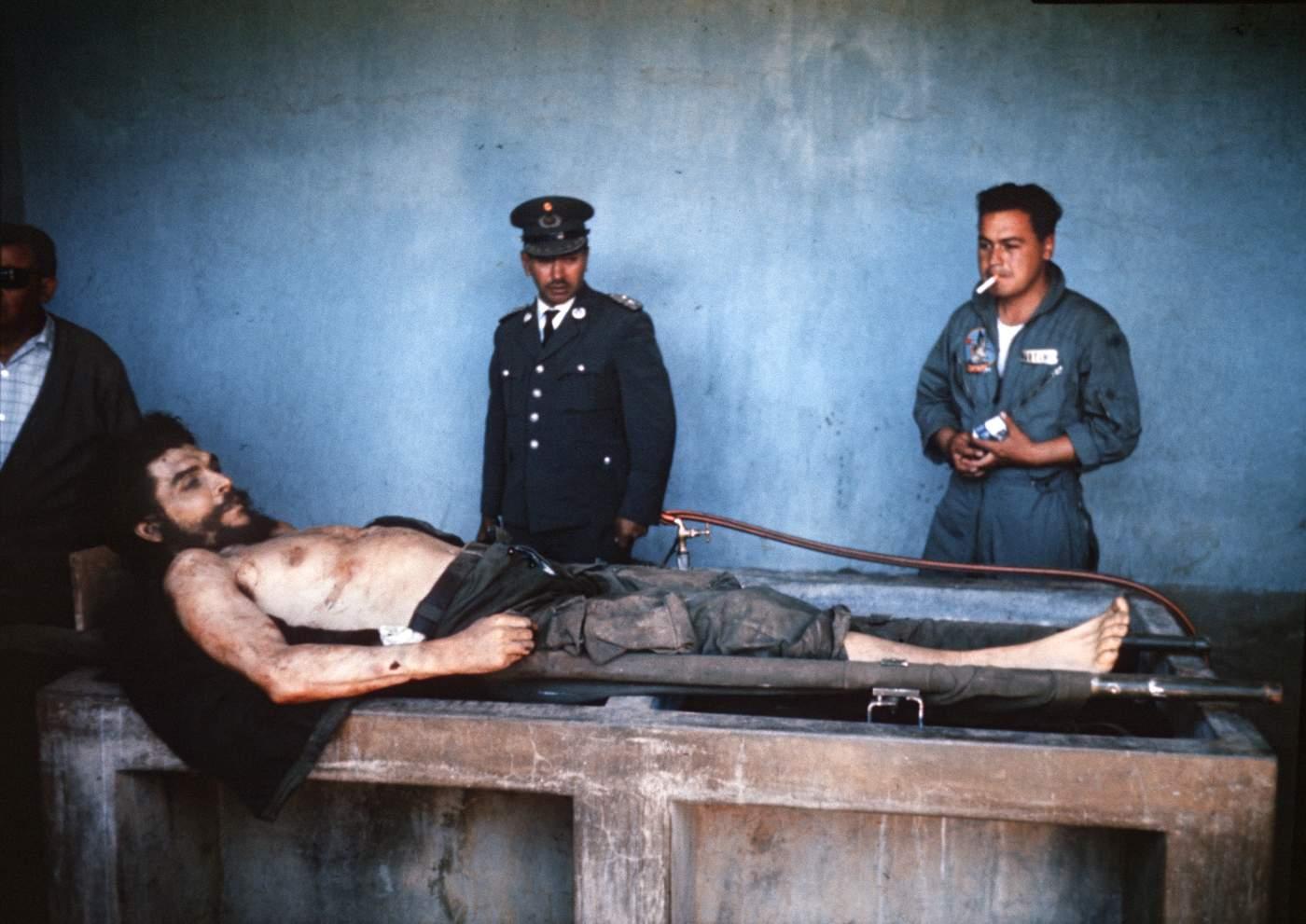 El cuerpo de Ernesto Che Guevara es expuesto en la escuela del caserío de La Higuera, en la provincia boliviana de Vallegrande. Su cadáver es enterrado junto a los de otros guerrilleros en una fosa común cercana, descubierta sólo en 1997. (MARC HUTTEN\/AFP\/Getty Images)