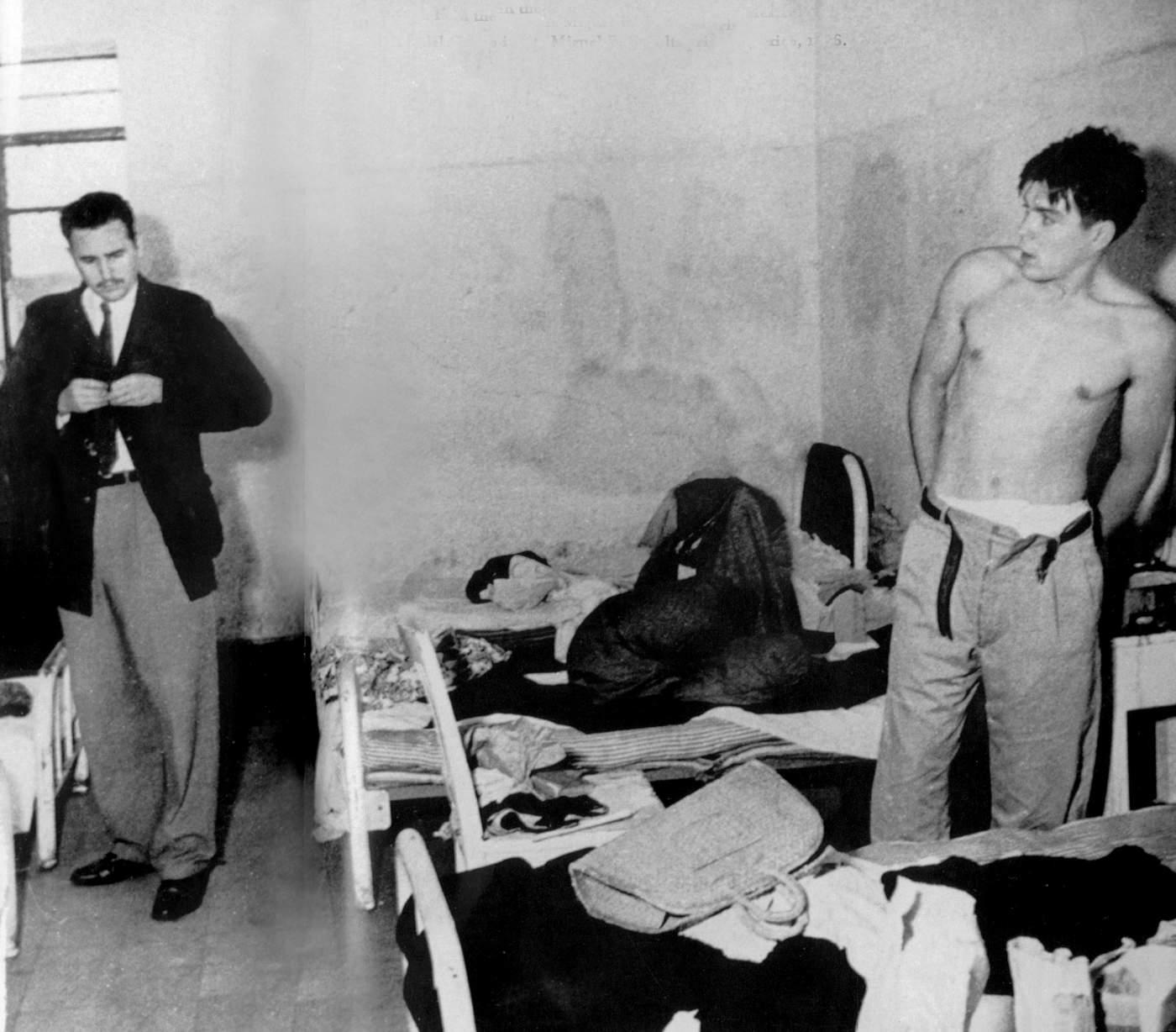 Fidel Castro y Ernesto Guevara son detenidos en verano de 1956 por preparar su expedición a Cuba. Esta foto es probablemente la primera que muestra a Castro y el Che juntos y es tomada en junio o julio de 1956 en la cárcel Miguel Schultz de la Ciudad de México. (Apic\/Getty Images)