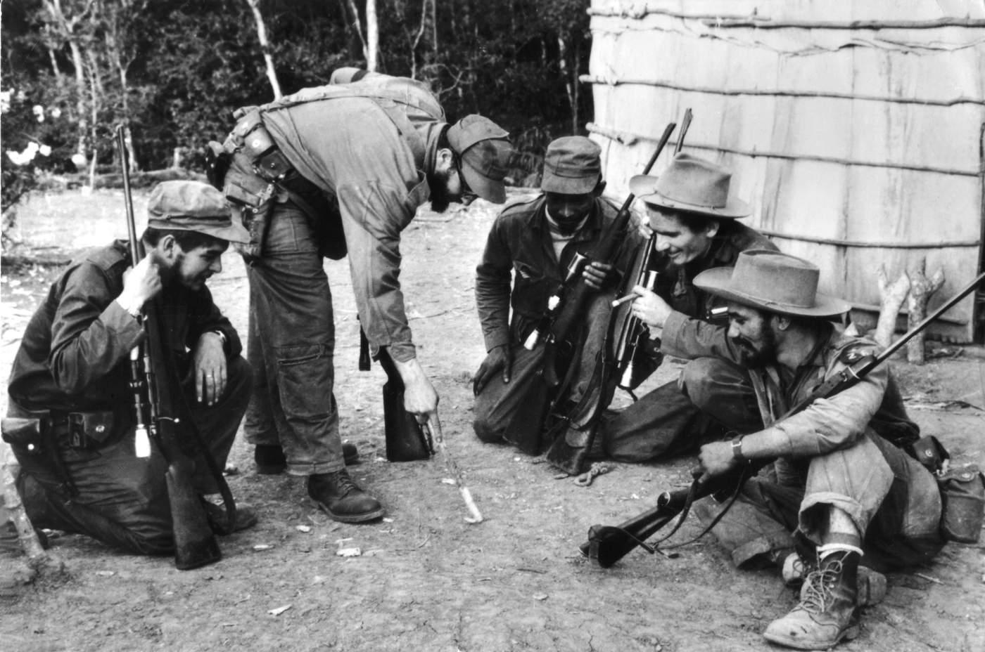 El Che y Fidel Castro rodeados de sus correligionarios en un campamento de Sierra Maestra. (Photo12\/UIG via Getty Images)