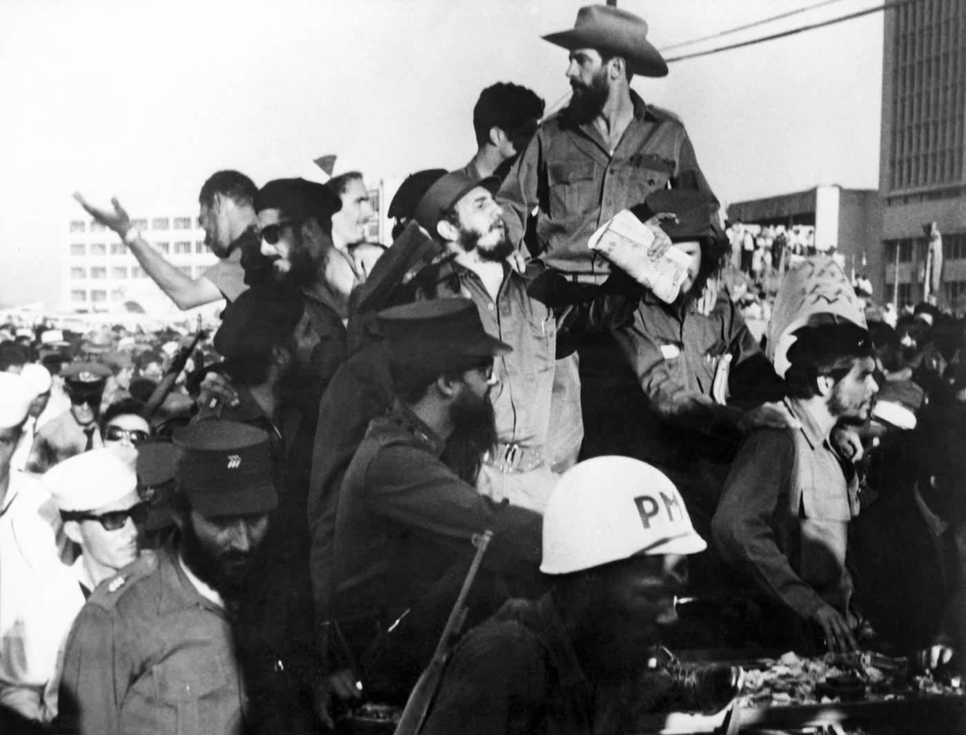 El 8 de enero de 1959 el Che, Fidel Castro, Camilo Cienfuegos y otros guerrilleros entran victoriosos en La Habana. (AFP PHOTO\/PRENSA LATINA)