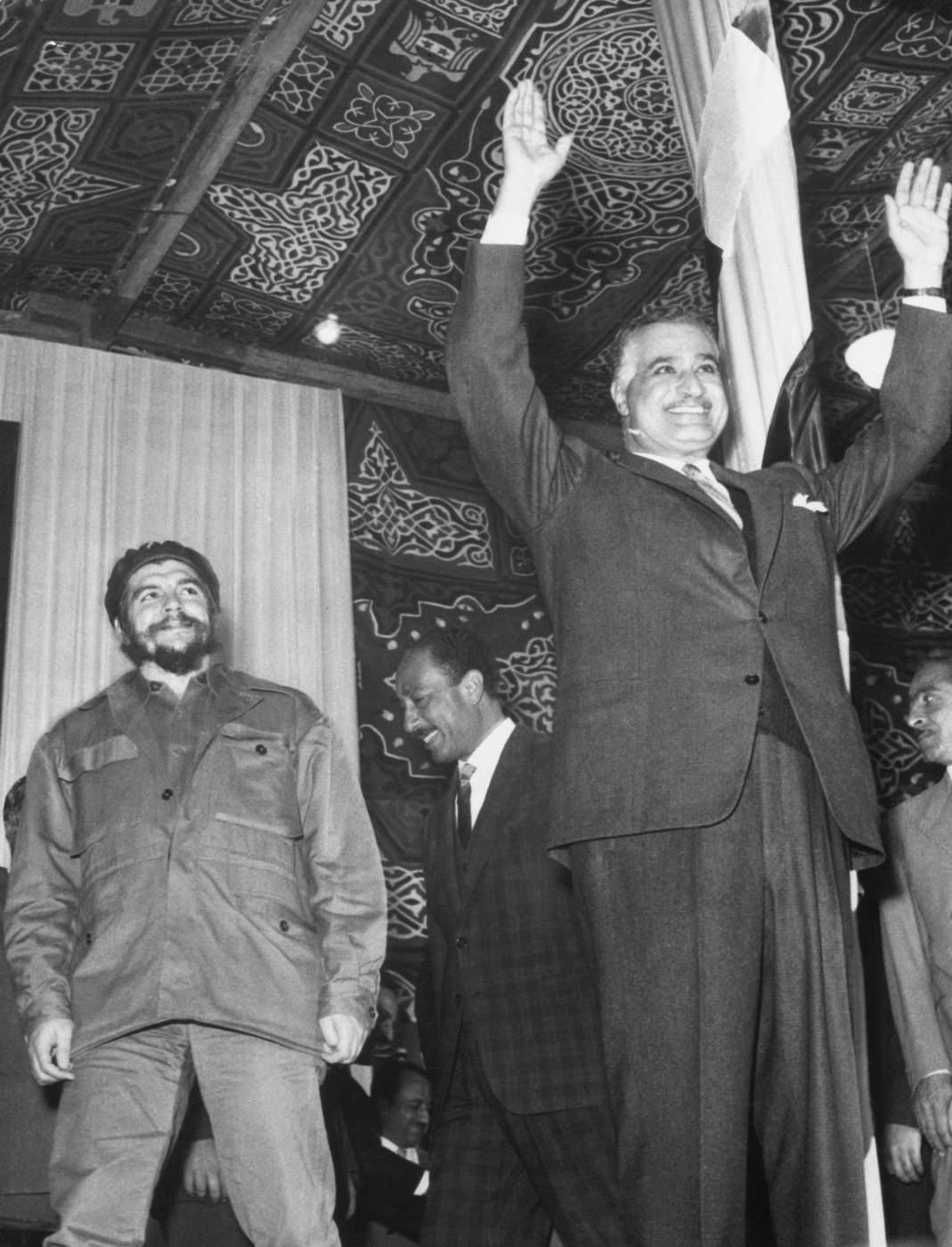 El Che y el presidente de Egipto, Gamal Abdel Nasser, impulsor del panarabismo y del socialismo árabe, se encuentran en más de una ocasión y se profesan respeto mutuo. (Getty Images)
