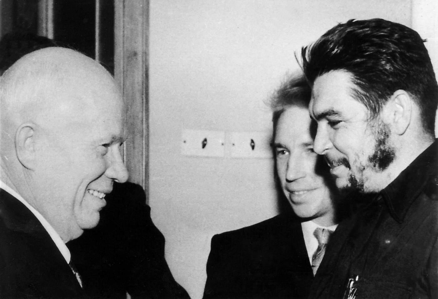 El Che con Nikita Krushev, primer secretario del Partido Comunista de la Unión Soviética.(AGENCIA ESTADO\/AFP\/Getty Images)